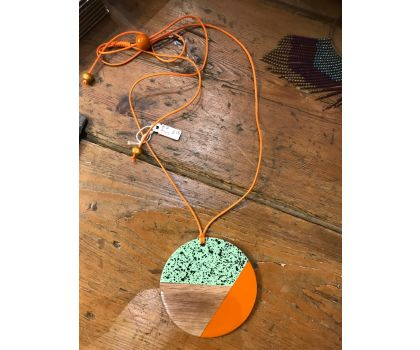 Necklace with geometric design in orange/turquoise